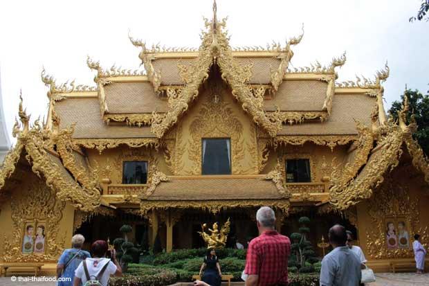 Goldenes Haus in der Tempelanlage Wat Rong Khun