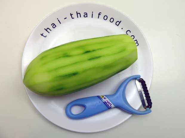 Für Som Tam grüne Papaya verwenden und schälen