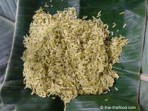 Unreifer Reis in Bananenblätter