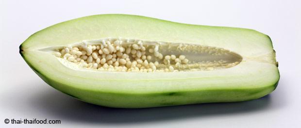 Grüne Papaya halbiert mit weißem Papayasamen