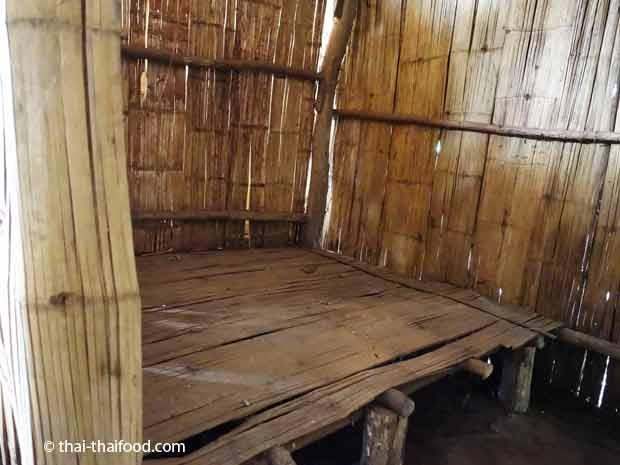 Schafplatz in einem thailändischem Hmong Holzhaus