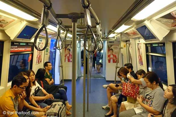 Im Bangkok Skytrain sitzt man sich gegenüber