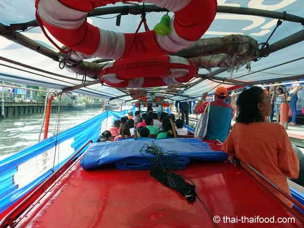 Im Bangkok Linienboot auf einer Wasserstrasse