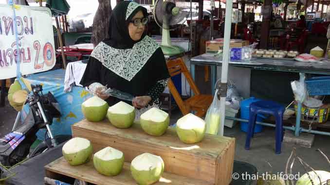 Kokosnusswasser aus jungen Kokosnüssen für 20 Baht