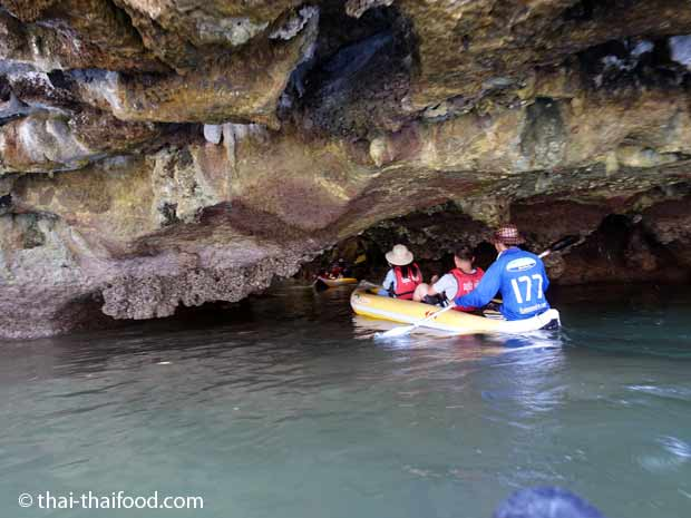 Kanufahren in die Felsen Höhlen der Andamanensee