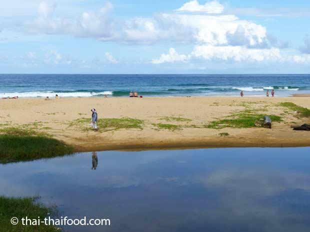Karon Strand beim Wahrzeichen Karons