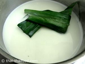 Kokosmilch mit Pandanblätter kochen