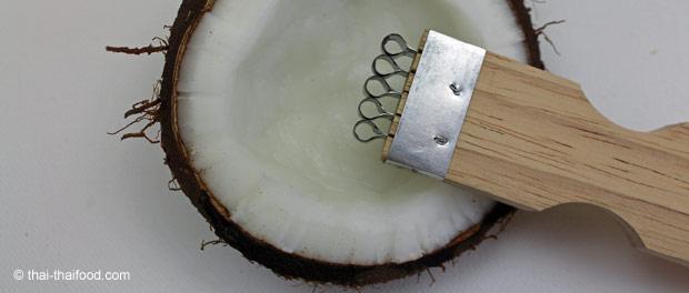 Geöffnete reife Kokosnuss mit Raspler