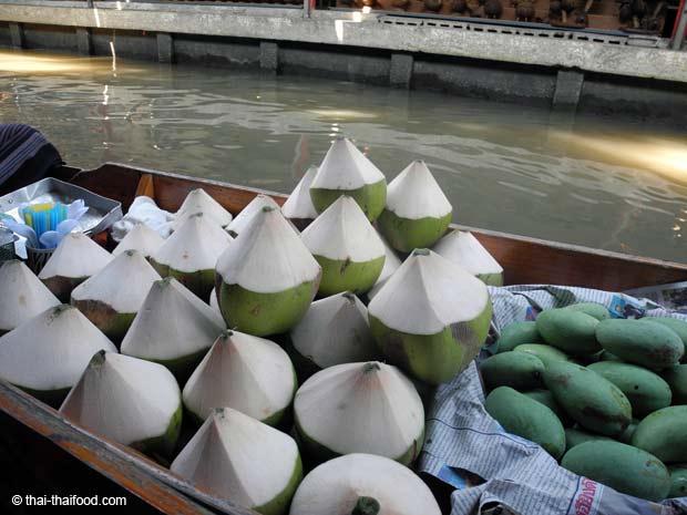 Kokosnüsse sind ein erfrischendes Getränk