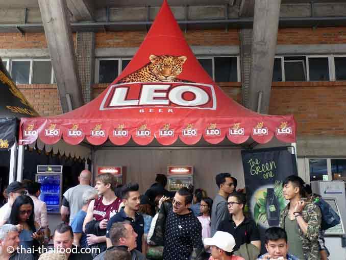 Es gibt Singha und Leo Bier auf dem Thaifest