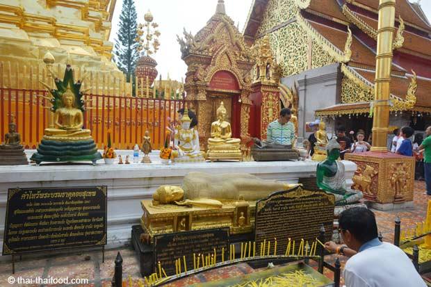 Liegender Buddha und Platz zum Beten