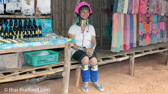 Long Neck Woman webt Baumwollstoffe für den Verkauf