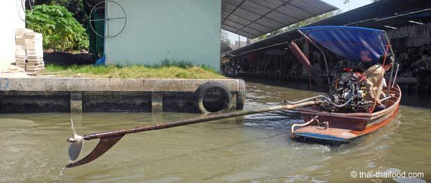 Longtailboot auf dem Floating Market Wasserkanälen