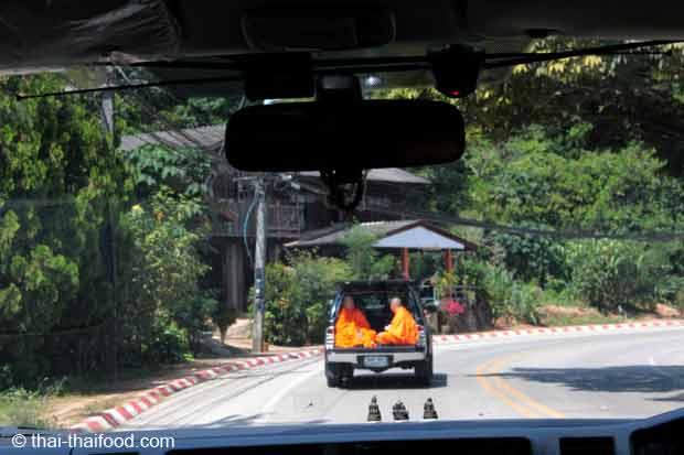 Mönche fahren im Auto