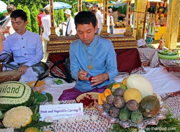 Thailändischer Meisterschnitzer