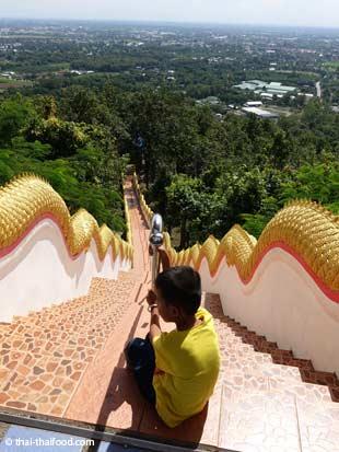 Treppe zum Wat Phra That Doi Kham