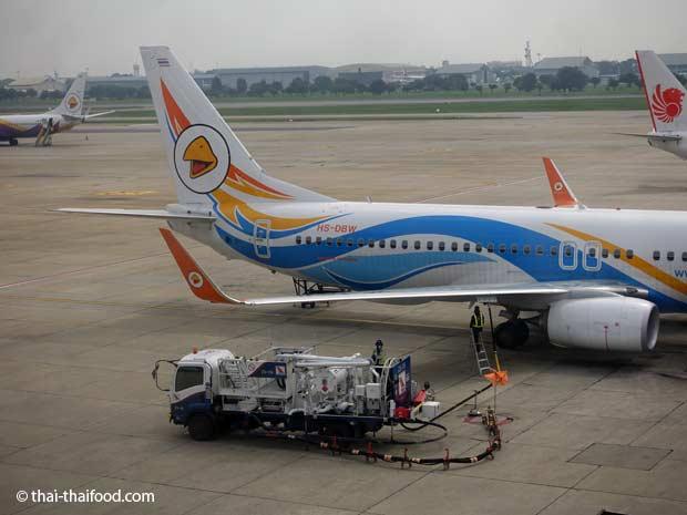 Flugzeug wird getankt am Don Mueang Flughafen