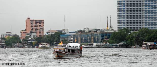 Chao Phraya Expressboote der Orangen Linie