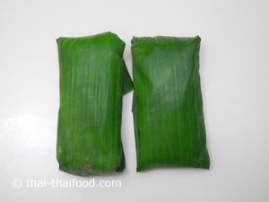 Klebreis in ein Bananenblatt packen