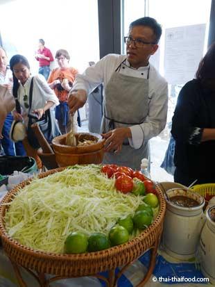 Papaya Salat zum Songkran Neujahrsfest im Wat Srinagarin in Gretzenbach