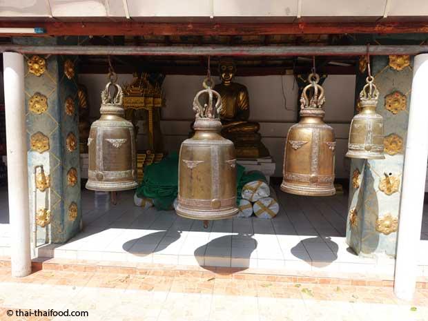 Buddhistische Glocken im Tempel des Goldenen Berges