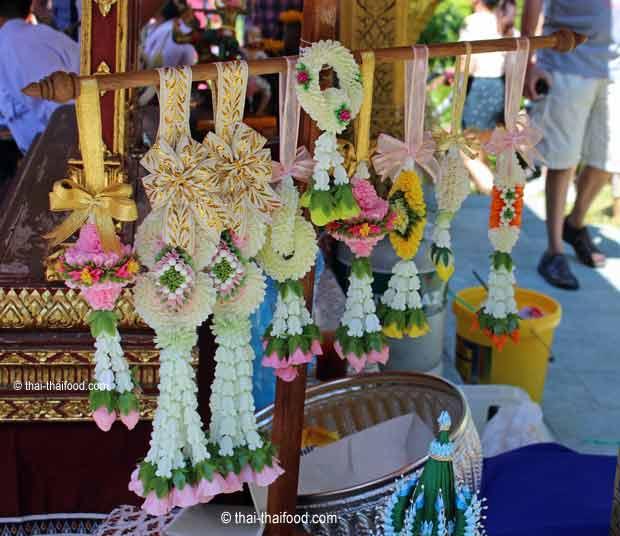 Kunstvolle thailändische Blumengirlanden