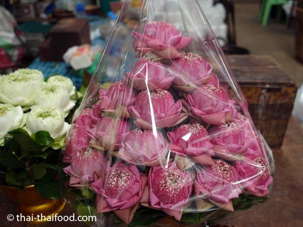 Pinkfarbenes Lotusblütengesteck auf dem Blumenmarkt Bangkok