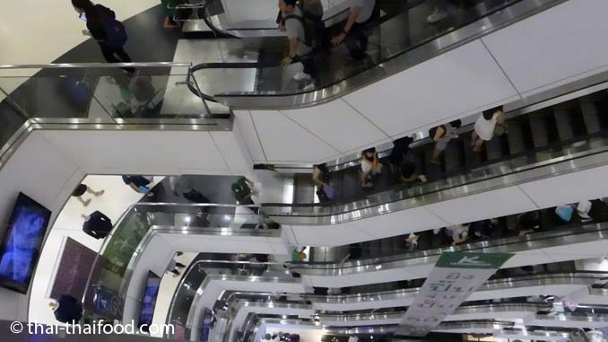 Rolltreppen in der Platinum Fashion Mall