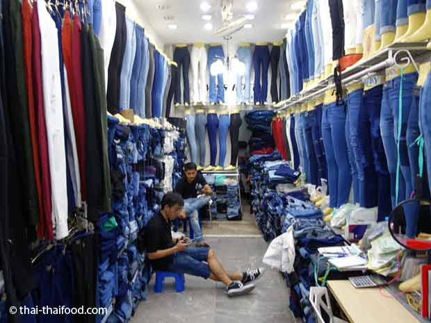 Im Pratunam Markt Jeans kaufen in Bangkok