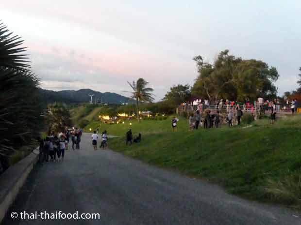Promthep Cape Restaurant und Promthep Cape Terrasse bei Sonnenuntergang