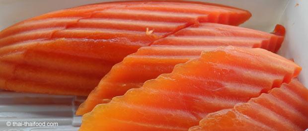 Papaya mit Wellenmesser geschnitten