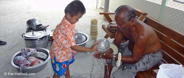 Rituelle Waschung an Songkran