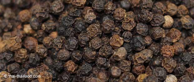 schwarze runzlige Pfefferkörner