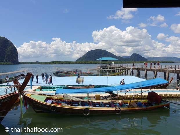 Schwimmender Fussballplatz auf dem Meer in der Phang Nga Bucht