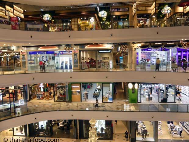 Geschäfte im Terminal 21 in Korat