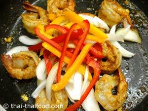 Zubereiten des Shrimp Curry
