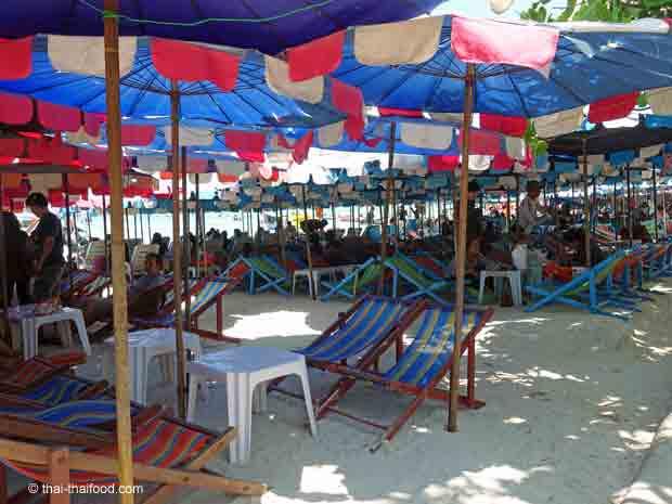 Die Sonnenschirme am Taewan Beach auf Koh Larn