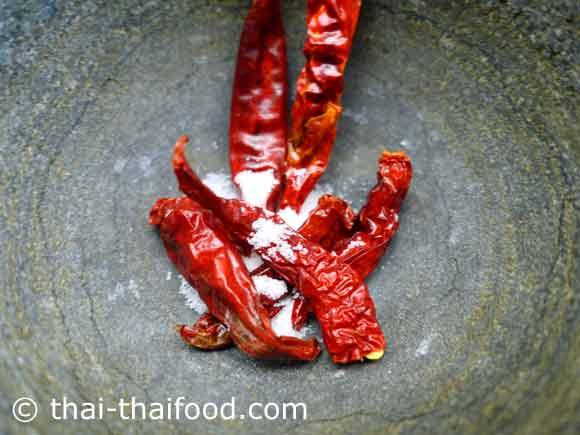 Getrocknete Chilis im Steinmörser
