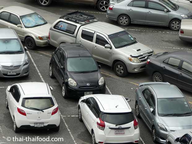 In Thailand wird Stoßstange an Stoßstange geparkt ohne Handbremse und ohne Gang