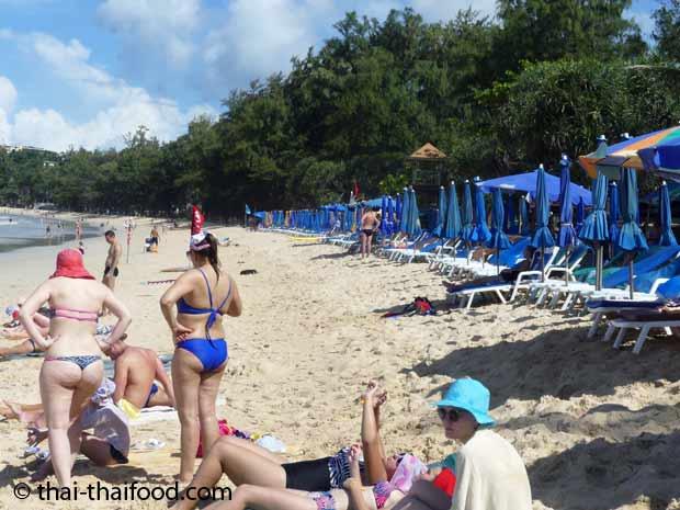 Strandliegen und Sonnenschirme am Strand