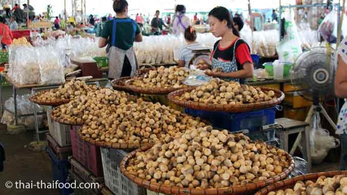 Verkaufsstand für Strohpilze Talat Thai Markt