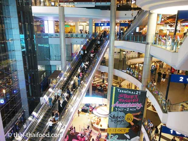 Zugang zu den Etagen im Terminal 21 Shopping Center