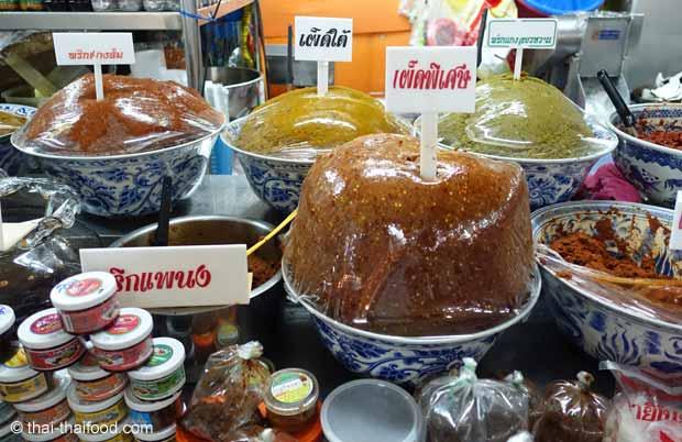 Currypasten auf einem Thai Markt