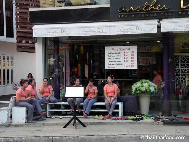Thai Masseure warten auf Kundschaft auf Koh Samui
