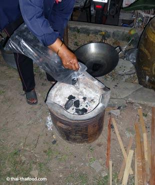 Einen Thai Ofen anfeuern