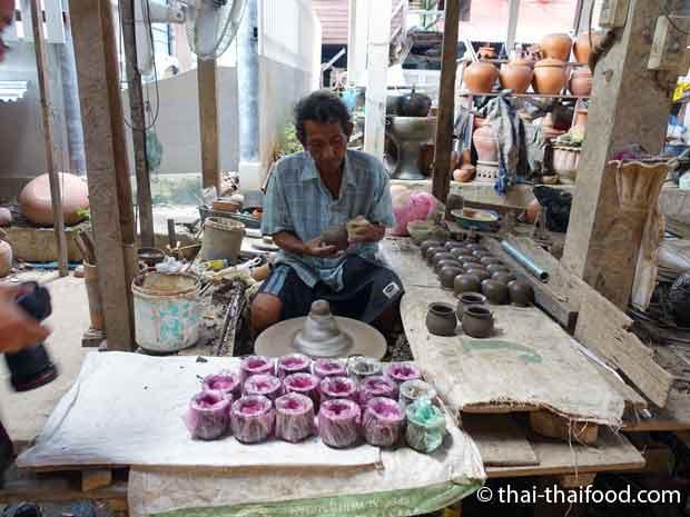 Thai beim Töpfern Koh Kret