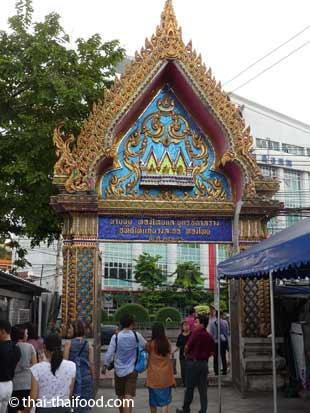 Eingangstor zum Areal des Wat Traimit