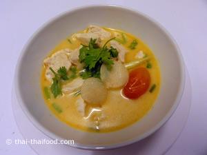 traditionelle Kokossuppe mit Huhn