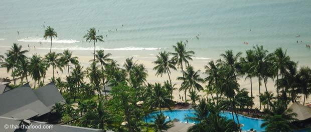 Resort mit Sandstrand und Kokospalmen