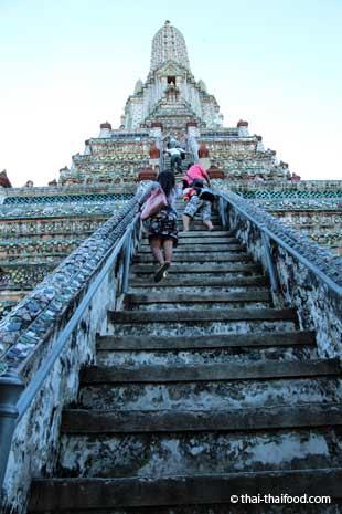 Auf den Wat Arun hinaufklettern